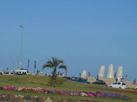 Hafen von Punta del Este: Hand of Punta del Este sculpture
