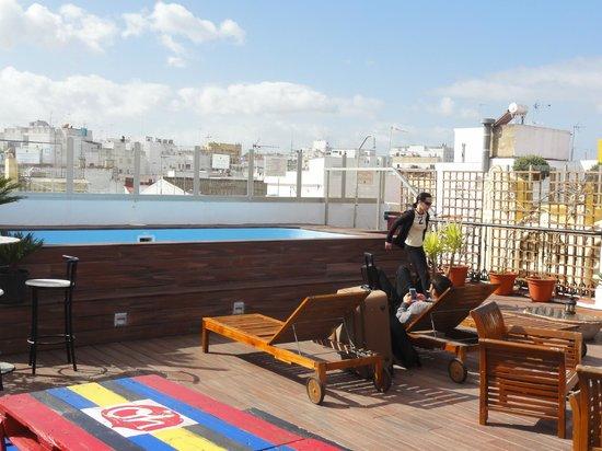 Oasis Backpackers' Palace Seville: Terrasse et piscine