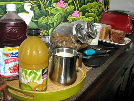 Rotorua City Homestay: Continental breakfast selection: juices, cereals, toast and fruit
