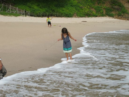 Villas Playa Maderas: Kids walking the beach - lots of hermit crabs!