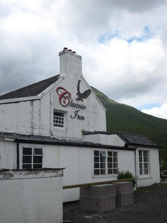 Cluanie Inn: View from the side