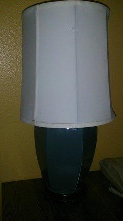 Cabrillo Inn & Suites Airport: Порванная настольная лампа (та, что небезопасная)