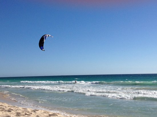 Beach Manor Bed and Breakfast Perth: Kite surfer on Scarborough beach