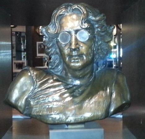 Hard Days Night Hotel: Lennon bust in reception