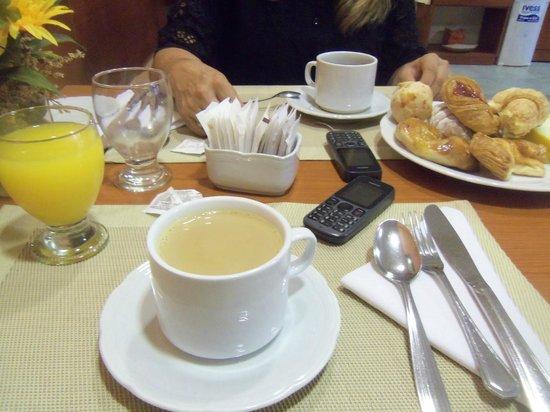 Hotel Jardín de Iguazú: desayuno  con cafe  con  leche,jugo .y  facturas  mas  melon