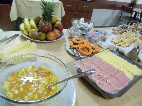 Hotel Jardín de Iguazú: mesa  de  desayuno:frutas,  ensalada  de  frutas,jamon  y  queso,  dulces  en   frasquitos.