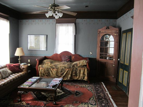 Texas Ranch Life Accommodation: Cozy and inviting parlor, with wifi and cable