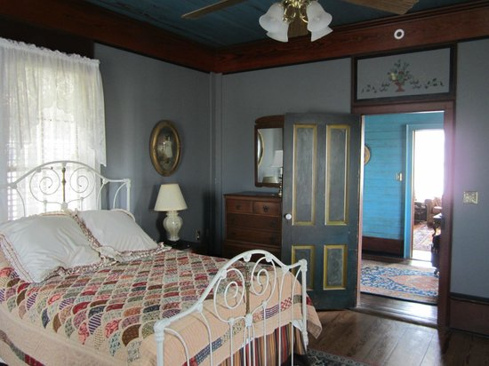 Texas Ranch Life Accommodation: 2nd bedroom w/ 2 beds & beautiful antiques!!