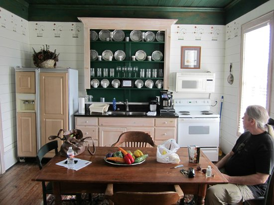 Texas Ranch Life Accommodation: Very functional kitchen w/great antiques!!