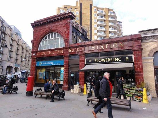 Holiday Inn London Kensington Forum: Estação de Metro muito próxima ao Hotel!!!