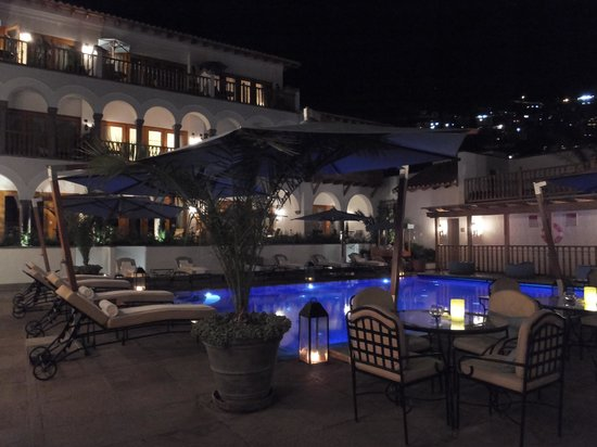 Belmond Palacio Nazarenas: Pool area at night