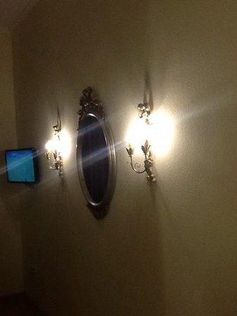 Graben Hotel : the mirror. and tv in the room
