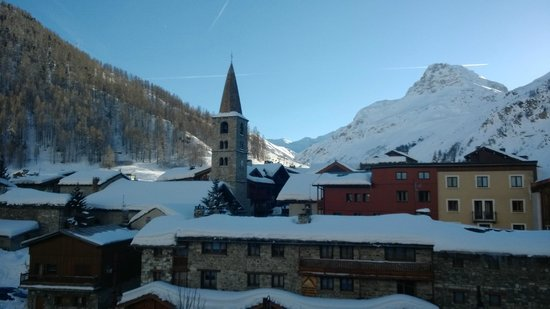 Chalet Hotel Moris : very pretty and the church clock was a charm