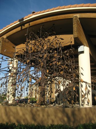 Holiday Inn Express Scottsdale North: Metal tree sculpture at entrance
