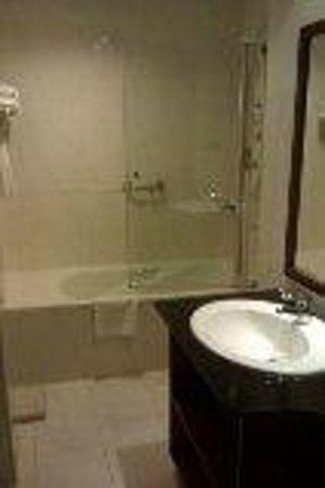 Holiday Inn Accra Airport: Bath