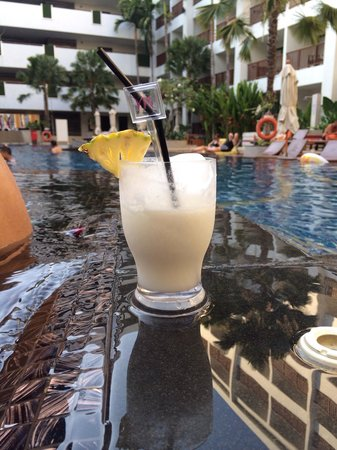 Deevana Plaza Phuket Patong: Cocktail by the pool