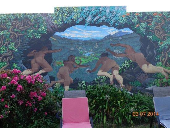 Gazebo Golden Bay Backpackers: Mural in the backyard - the epitome of Golden Bay