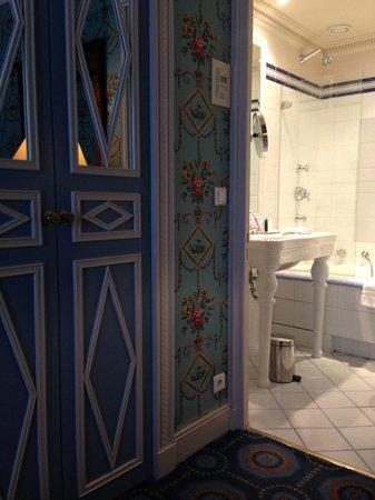 Hotel des Grands Hommes: Room/bath
