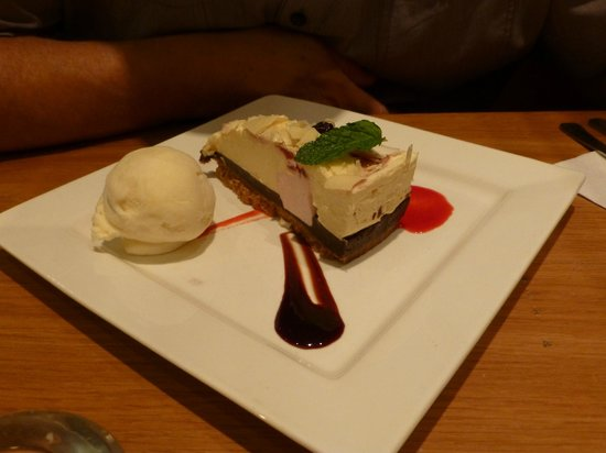 Holiday Inn London-Gatwick Airport: cheese cake and sorbet