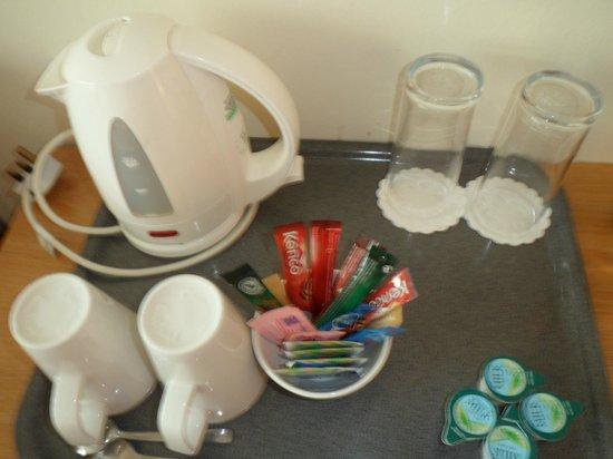 Holiday Inn London-Gatwick Airport: Tea/coffee in room