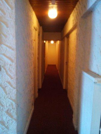 Hotel Le Parpaillon : Couloir de l'hôtel donnant aux chambres
