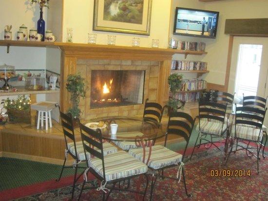 The Apple Tree Inn : breakfast area - cozy fireplace