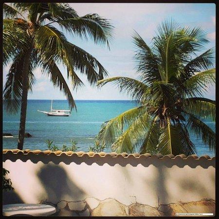 Vista da praia de itapuã a partir da área de piscina da Pousada Poesia