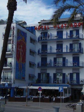 Hotel Platjador : VISTA FRONTAL DEL HOTEL Y RESTAURANTE