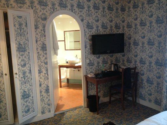 Hotel George Sand: TV + SDB (douche)