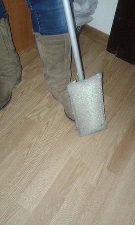 Piccolo Hotel Il Palio: Secondo voi, da quanto non pulivano questa stanza??? Che squallore!!
