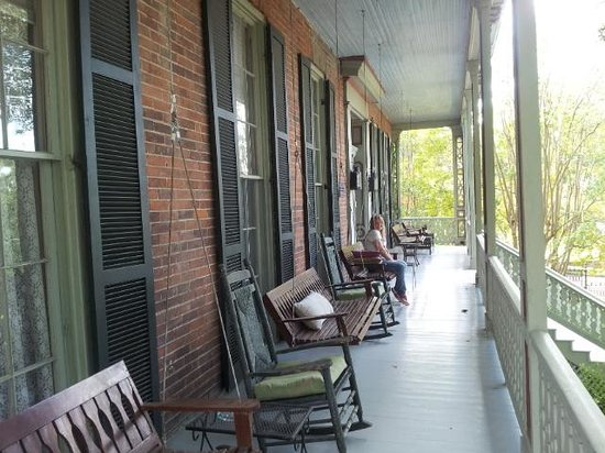The Corners Mansion: Beautiful front porch with Mississippi River view