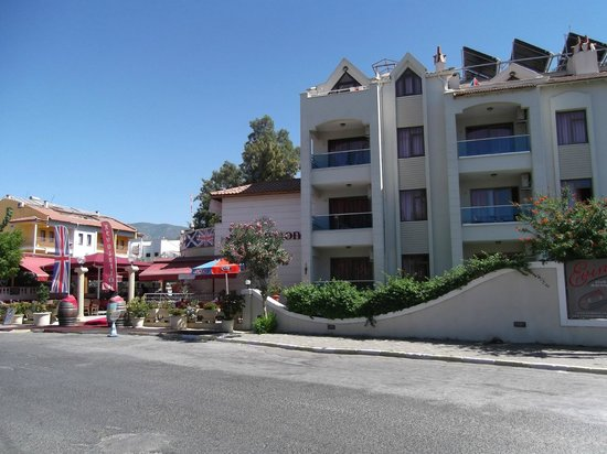 Club Evin Marmaris: Club Evin with Revolution adjacent to the left