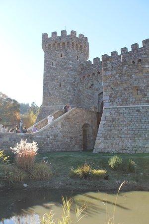 Castello di Amorosa : Out front