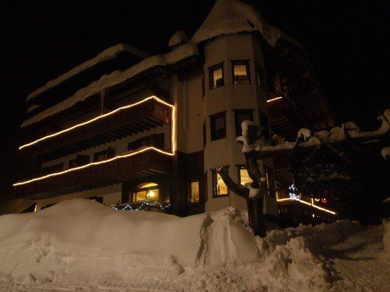 Hotel Residence K2: esterno notturno