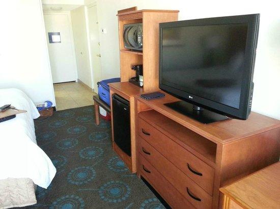 Hampton Inn Lake Havasu City: TV,fridge, microwave,dresser