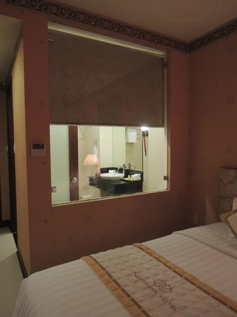 Northern Hotel Saigon : Bedroom into bathroom