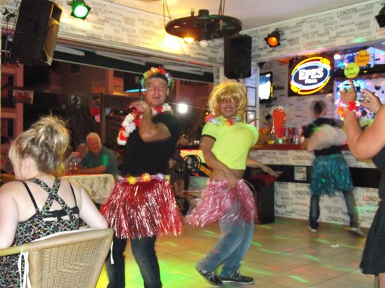 Oasis Restaurant & Bar: A night at Oasis being entertained !!