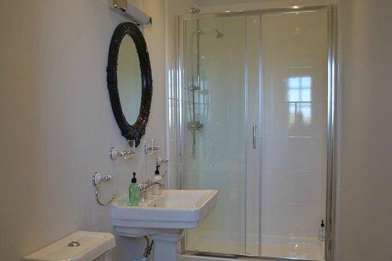Gattaway B&B: First floor east bathroom
