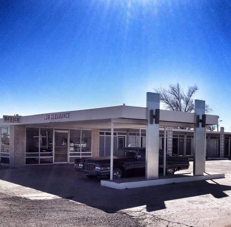 Historic Route 66 Motel : Such a great entrance with the classic car in front
