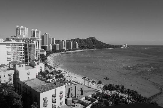 Sheraton Waikiki: シェラトンワイキキ17階から眺めるワイキキビーチ&ダイヤモンドヘッド。モノクロでも絵になりますね。