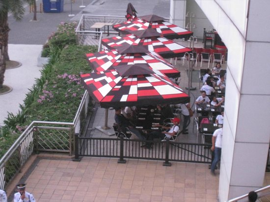 SM Mall of Asia: restos at the mall ground fronting the bay area