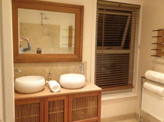 Somerset House Hotel: bathroom