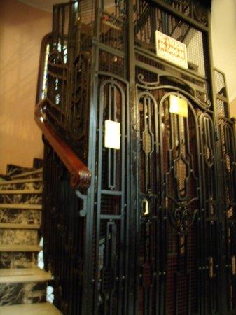Hostal Santillan : Beautiful Elevator