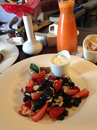 Grand Residences Riviera Cancun: Fruit plate from one of our amazing room service breakfasts