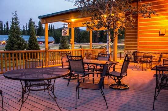 Super 8 West Yellowstone Lionshead: Evening on the Outdoor Deck