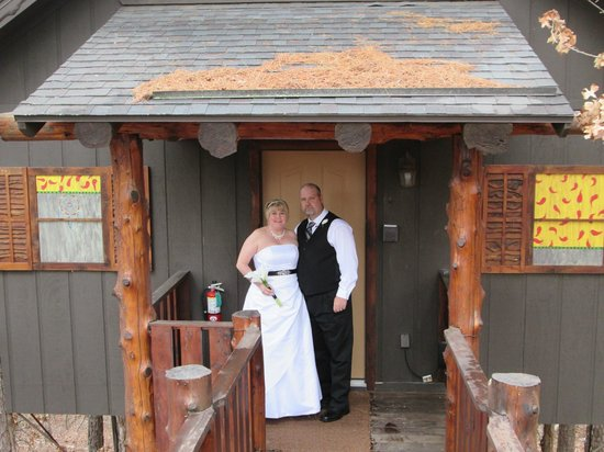 Oak Crest Cottages and Treehouses: Wedding at treehouse.
