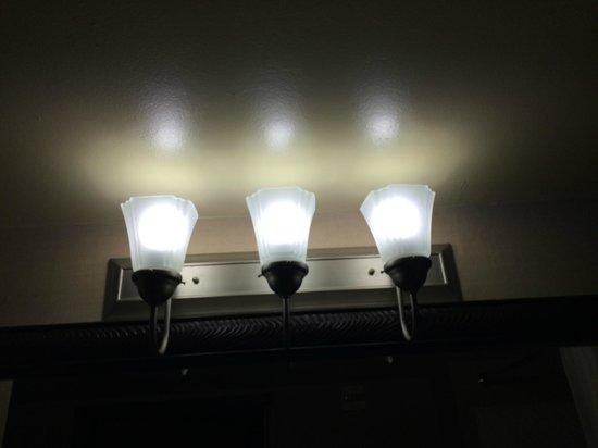 Comfort Suites Austin Airport: Pretty lighting fixture in Room 127