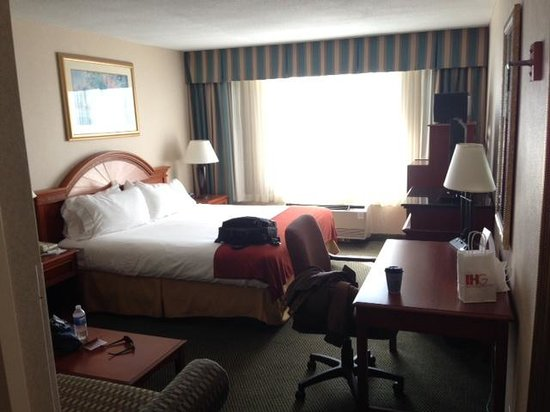 Holiday Inn Express Poughkeepsie: Room 432 looking from the Door.