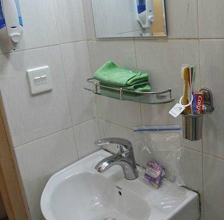 Cosy Hotel: 洗面(シャワーを使うとここまでびしょ濡れ)