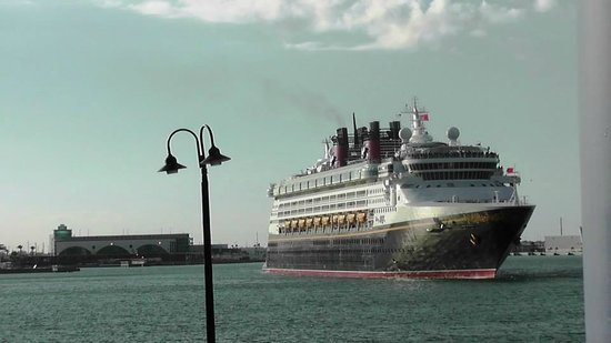 Fishlips Waterfront Bar & Grill: Disney Magic leaving Port Canaveral